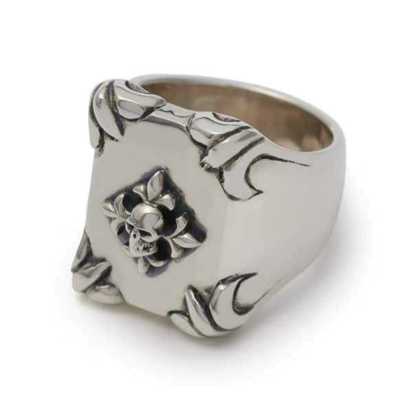 Shield_Ring_With_Silver_Fleur_De_Lis_And_Skull_£205